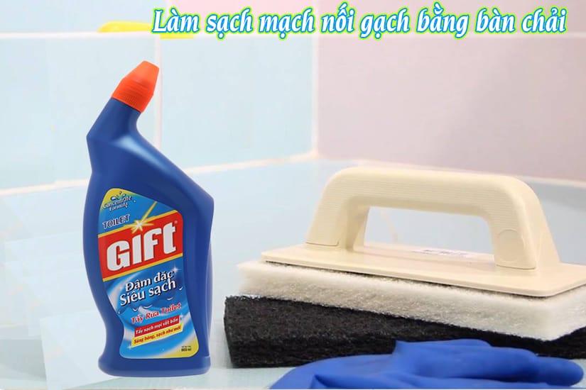 Cách sử dụng bàn chải làm sạch nền nhà vệ sinh